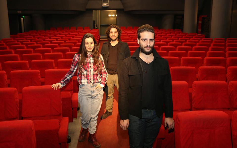 H ομάδα «Ιδέα», Αθηνά Μουστάκα, Κώστας Γάκης (αριστερά πίσω) και Κωσταντίνος Μπιμπής (δεξιά μπροστά), στο ανακαινισμένο θέατρο «Αλφα».