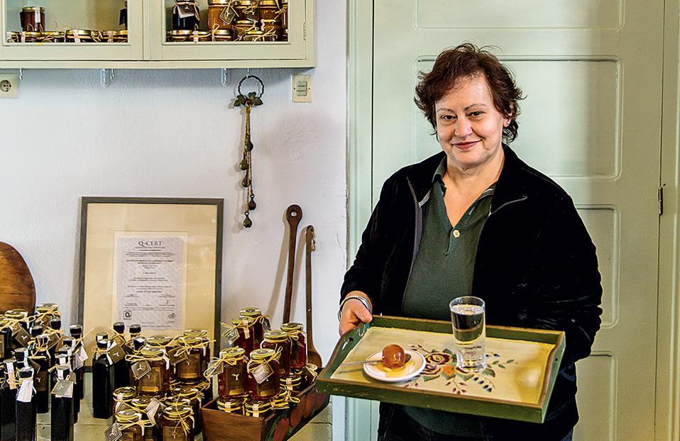 Η Θεοδώρα Κλείτσιου, πρόεδρος του Αγροτικού Συνεταιρισμού Γυναικών Βυζίτσας «Εσπερίδες», κερνάει γλυκό κουταλιού φιρίκι. (Φωτογραφία: ΔΗΜΗΤΡΗΣ ΒΛΑΪΚΟΣ)