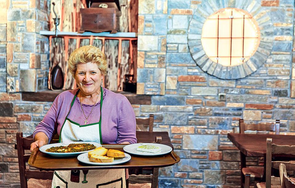 Η Ελένη, μητέρα του ιδιοκτήτη και μαγείρισσα στο εστιατόριο «Παράδεισος» στην Τσαγκαράδα. (Φωτογραφία: ΔΗΜΗΤΡΗΣ ΒΛΑΪΚΟΣ)