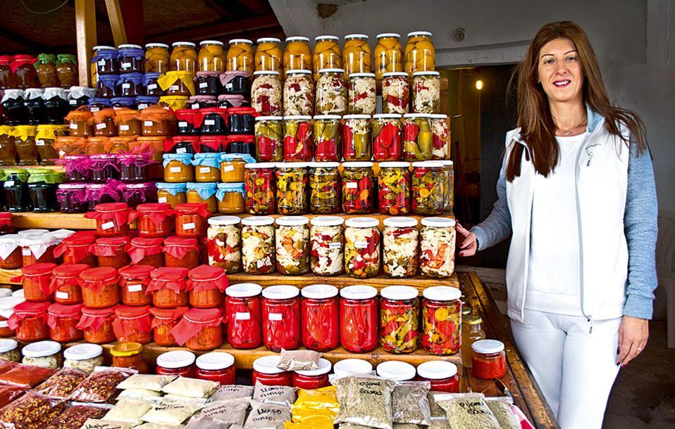 Προϊόντα από τον γυναικείο συνεταιρισμό της Αρνισσας. (Φωτογραφία: ΚΛΑΙΡΗ ΜΟΥΣΤΑΦΕΛΛΟΥ)