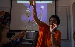 Η φυσικός Τίνα Νάντσου επί το έργον στη Σχολή Χιλλ. Εκπαιδευμένα από τη δασκάλα τους τα παιδιά αναζητούν λύσεις, επιχειρούν μόνα τους, θέτουν ερωτήσεις και ξεκινούν την περιπέτεια του ταξιδιού προς τη γνώση.