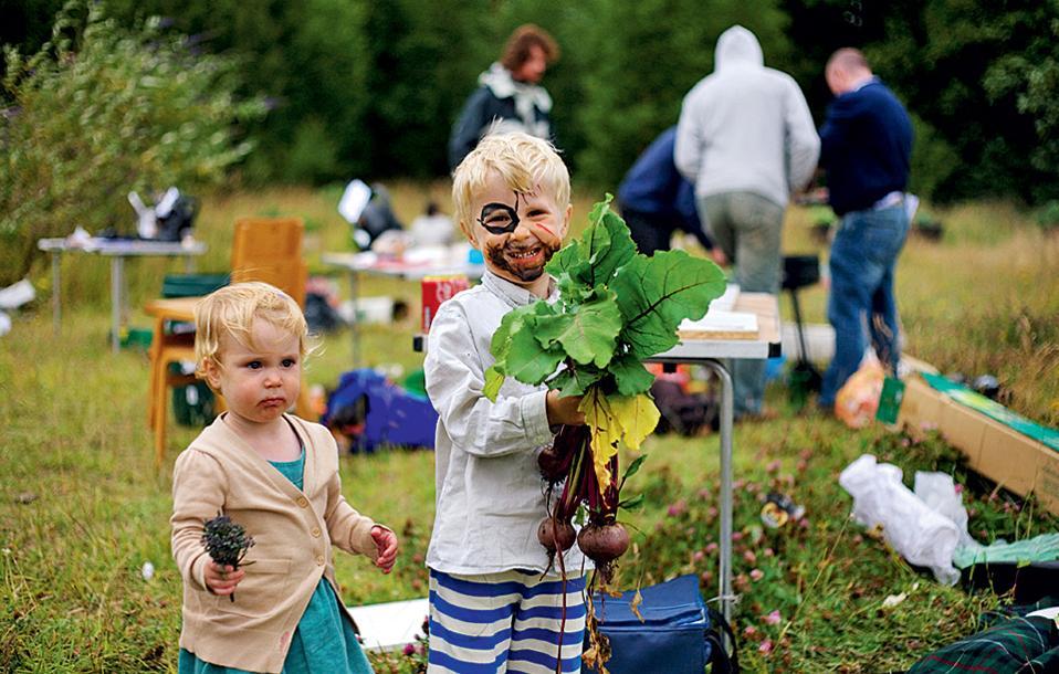 Στον κοινοτικό κήπο North Kelvin Meadow  τα παιδιά συμμετέχουν  στη φροντίδα του  λαχανόκηπου.