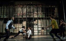 Στιγμιότυπο από την παράσταση στην Πειραματική Σκηνή του Εθνικού Θεάτρου.