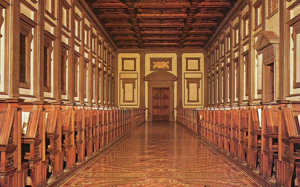 Η μνημειώδης αίθουσα της Βιβλιοθήκης των Μεδίκων και, σε πρώτο πλάνο, το περίτεχνο δάπεδό της. Πρόκειται για ένα κτίσμα που μας φωτίζει τον τρόπο με τον οποίο έβλεπαν τη βιβλιοθήκη στην Αναγέννηση.