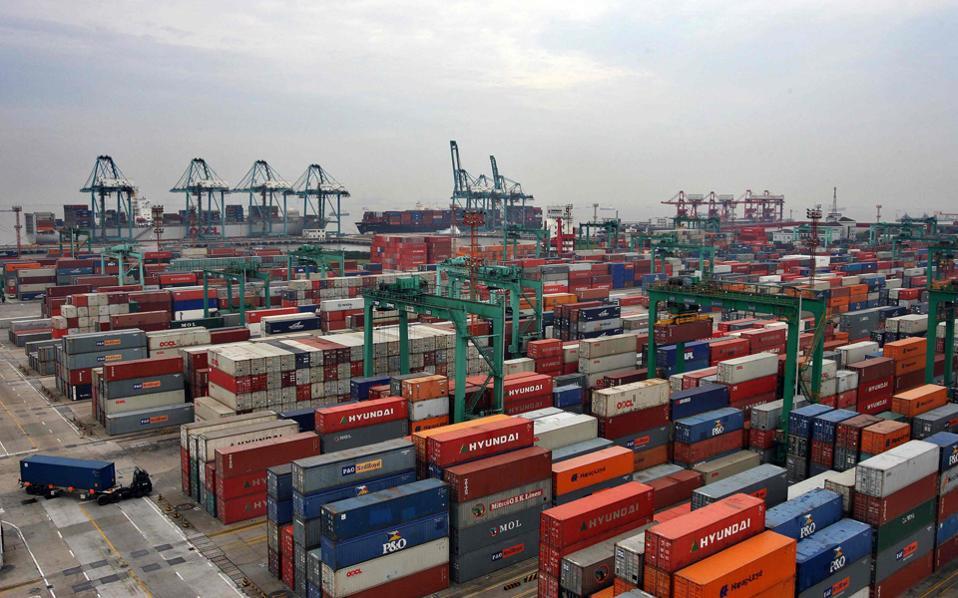 Αυτό το τεραστίων διαστάσεων έργο αναπτύσσεται μέσω χερσαίων και θαλάσσιων Δρόμων του Μεταξιού για τη μεταφορά των εμπορευμάτων και των υπηρεσιών μεταξύ Ανατολής και Δύσης. Οι χερσαίοι Δρόμοι επικεντρώνονται στη δημιουργία υποδομών για μεταφορές και για ενέργεια και οι θαλάσσιοι σε επενδύσεις σε στρατηγικής σημασίας λιμάνια. Και οι δύο Δρόμοι αναμφίβολα θα επηρεάσουν την Ευρώπη.