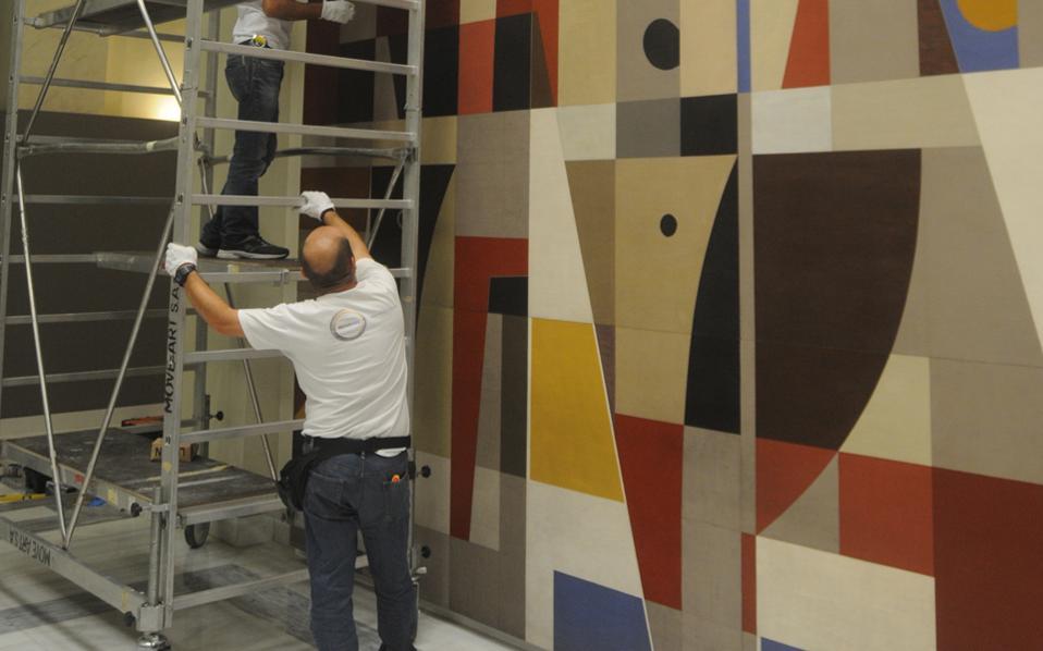 Η εγκατάσταση του επιτοίχιου έργου του Γιάννη Μόραλη σε νέο χώρο στο κεντρικό κτίριο της Alpha Bank (Σταδίου 40) ήταν ένα απαιτητικό τεχνικό έργο.