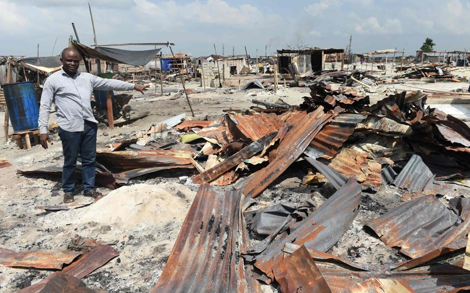Ο Σελεστίνου Αχίσου δείχνει τα συντρίμμια του σπιτιού του στην Οτόντο Γκμπάμε, μετά το πέρασμα της αστυνομίας και των μηχανών κατεδάφισης.