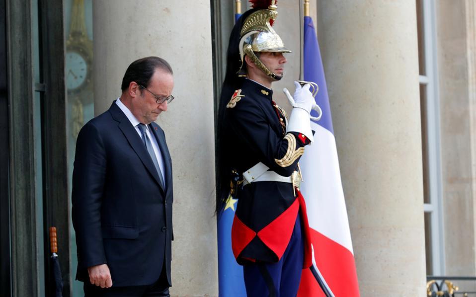 Υποκλινόμενος στη βέβαιη ήττα, ο Γάλλος πρόεδρος Φρανσουά Ολάντ ανακοίνωσε χθες ότι δεν θα είναι εκ νέου υποψήφιος για την προεδρία της Γαλλίας. «Εχω συναίσθηση πόσο επικίνδυνο θα ήταν ένα εγχείρημα που δεν θα συσπείρωνε τον κόσμο», είπε ο Ολάντ σε μια συναισθηματικά φορτισμένη ανακοίνωση.
