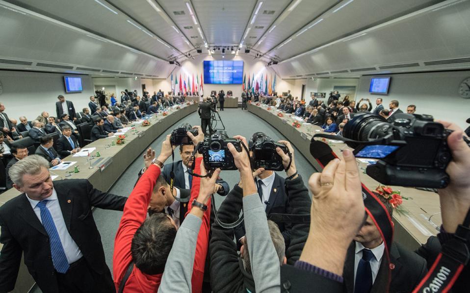 Μόσχα και Ριάντ θα συνεργαστούν για να αμβλύνουν τη ζημία στα κρατικά τους έσοδα από την κάμψη της τιμής του πετρελαίου.