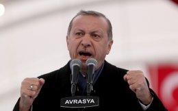 Στην αυγή του 2017, ο Τούρκος πρόεδρος προβάλλει ως απόλυτος κυρίαρχος του εσωτερικού πολιτικού παιχνιδιού, με τη δημοτικότητά του στα ύψη. Μάλιστα τον Φεβρουάριο, οι κινηματογραφικές αίθουσες θα προβάλουν μια εγκωμιαστική ταινία-βιογραφία του, με αφορμή τα εξηκοστά τρίτα γενέθλιά του.