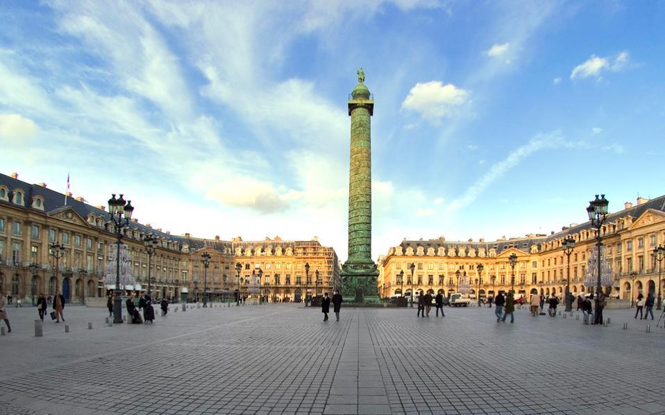 Μπορείς να κοιτάξεις την Place Vendome και να μη βγάλεις έναν βαθύ αναστεναγμό από την ομορφιά της; Είναι η καρδιά του αριστοκρατικού Παρισιού.
