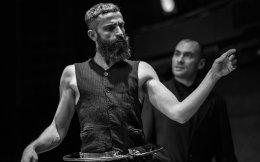 Ο Αρης Σερβετάλης, σε πρώτο πλάνο, με τις πλαστικές κινήσεις του καθοδηγεί τις «μαριονέτες» του. Ο Νίκος Καμόντος τον κολακεύει σε κάθε του βήμα...