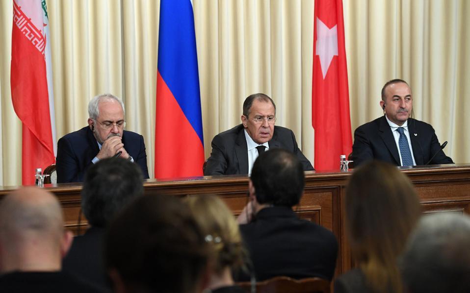 Τρεις υπουργοί Εξωτερικών την επομένη της δολοφονίας του Αντρέι Καρλόφ. Ο Ρώσος Σεργκέι Λαβρόφ, (κέντρο) ο Μεβλούτ Τσαβούσογλου (δεξιά) και ο Ιρανός Τζαβάντ Ζαρίφ. Και μόνο η πραγματοποίηση της συνάντησης για το Συριακό αποτέλεσε θεαματική, θα τολμούσαμε να πούμε, ιστορική ανατροπή.