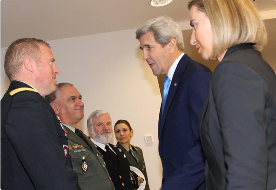 Με τον πρόεδρο της Στρατιωτικής Επιτροπής της Ε.Ε., Μιχαήλ Κωσταράκο συναντήθηκαν μετά την υπογραφή της συμφωνίας, ο Αμερικανός υπ. Εξωτερικών, Τζον Κέρι και Επίτροπος για θέματα Εξωτερικής Πολιτικής της Ε.Ε., Φεντερίκα Μογκερίνι.