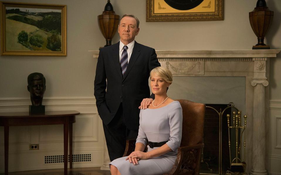 Οι δημιουργοί του «House of Cards» ανησυχούν ότι οι τηλεθεατές μπορεί πια να βλέπουν τον Φρανκ και την Κλερ Αντεργουντ με νοσταλγία αντί για τρόμο.