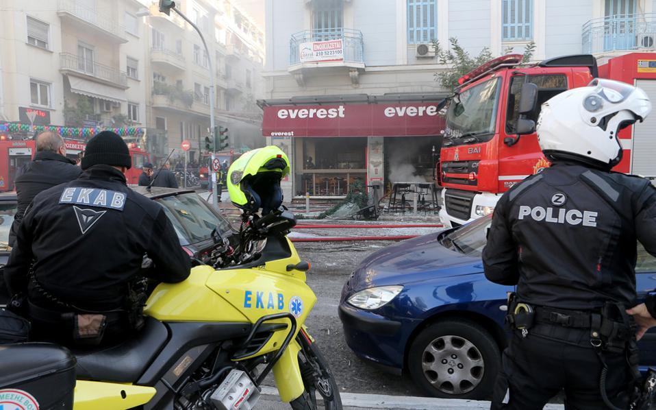 Το κατεστραμμένο κατάστημα στην πλατεία Βικτωρίας, λίγο μετά την έκρηξη φιάλης οξυγονοκόλλησης που στοίχισε τη ζωή στην 39χρονη λογίστρια Βασιλική Παραστατίδου.