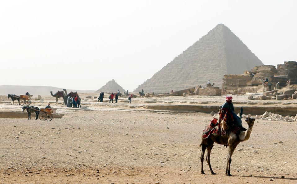 Η πυραμίδα της Γκίζας. Την επισκέφθηκε ο χαλίφης Αλ-Μαμούν όταν έμαθε πως περιείχε ακριβείς χάρτες και διαγράμματα της Γης και των άστρων.