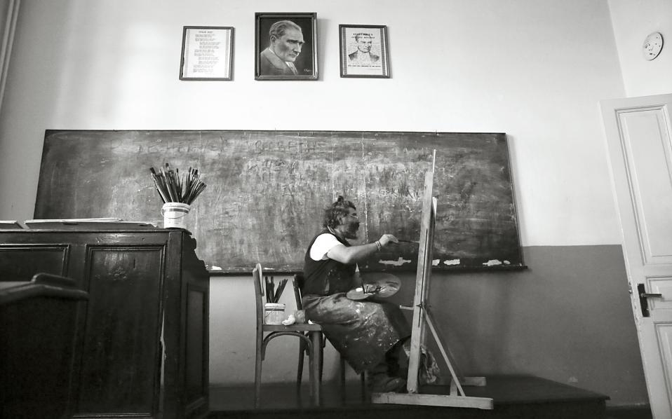 Ο ζωγράφος Κωνσταντίνος Κερεστετζής εν ώρα εργασίας σε αίθουσα της Σχολής.