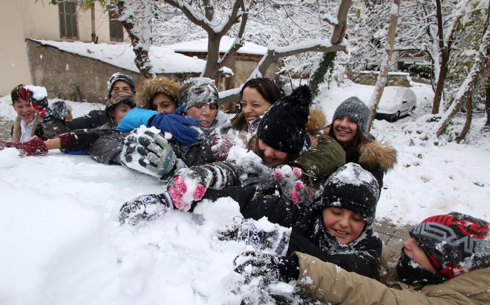 Πρεμιέρα του χιονοπόλεμου στο Ασβεστοχώρι Θεσσαλονίκης. Η χθεσινή ήταν μια... άσπρη μέρα για πολλές περιοχές της χώρας.