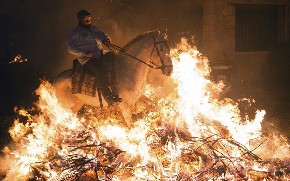 Εξαγνισμός. Δυο αιώνες τουλάχιστον κρατά η παράδοση του «Luminarias» στο San Bartolome de Pinares της κεντρικής Ισπανίας. Τουλάχιστον 20 φωτιές ανάβονται στο χωριό με σκοπό να τις διαβούν τα οικόσιτα ζώα της κάθε οικογένειας, για καλοτυχία και εξαγνισμό. EPA/RAUL SANCHIDRIAN