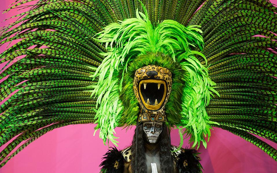 Με τον πολιτισμό για κράχτη. Ανοιξε τις πύλες της η Διεθνής Εκθεση για τον Τουρισμό (FITUR) στην Μαδρίτη, με την κάθε χώρα που συμμετέχει να προσπαθεί να κερδίσει τις εντυπώσεις και τους tour operators. Στην φωτογραφία ένας χορευτής με παραδοσιακή στολή διαφημίζει τις ανέσεις και το τοπικό χρώμα ενός ξενοδοχείου στο Μεξικό.  REUTERS/Paul Hanna