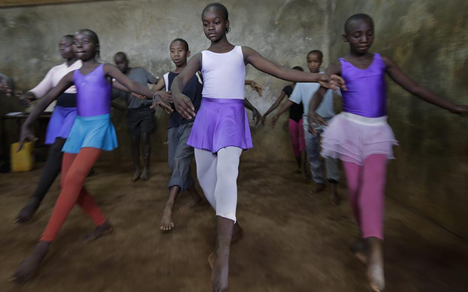 Πού βρίσκονται τα μεγάλα όνειρα; Στις αίθουσες με πατώματα από χώμα, θα μπορούσε να απαντήσει κάποιος. Αυτό ισχύει για τους μαθητές της Spurgeons Academy που παραδίδει δωρεάν μαθήματα σε 425 ορφανά και φτωχά παιδιά από τις παραγκουπόλεις της Kibera στην Κένυα. Τα μαθήματα χορού είναι ένα πρόγραμμα συνεργασίας  του Anno's Africa με ένα μη κερδοσκοπικό οργανισμό από την Αγγλία, με τον δάσκαλό τους, Michael Wamaya  να είναι ένας από τους φιναλίστ για το βραβείο Global Teacher 2017. Λόγω της έλλειψης κατάλληλων υποδομών, τα μαθήματα γίνονται στην αίθουσα του σχολείου, όπου κάθε φορά μετακινούν τα θρανία. Όσο για τους μαθητές; Με τον ίδιο τρόπο που τα πόδια τους απέκτησαν φτερά, απέκτησε και το μυαλό τους. Όπως η εικονιζόμενη (στο κέντρο) Mercy Adhiambo 13 ετών, που αν και γνωρίζει ότι η οικογένειά της δεν θα μπορούσε ποτέ να πληρώσει τα έξοδα του χορού εκείνη παλεύει να γίνει η καλύτερη, με μόνο στόχο μια υποτροφία που θα  κάνει τα όνειρά της πραγματικότητα. EPA/DANIEL IRUNGU
