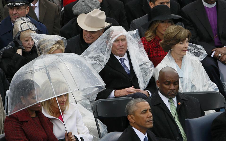 Τι χάσαμε! Αν και στους περισσότερους από εμάς λείπει από τώρα ο Barcak Obama, ρίξτε μια ματιά τι άλλο έχουμε χάσει. Μα φυσικά την  αμίμητη άνεση και χάρη του George W. Bush που στην ορκωμοσία Trump την έφερε στην επιφάνεια με τον τρόπο που σκεπάστηκε με το αδιάβροχο. REUTERS/Rick Wilking