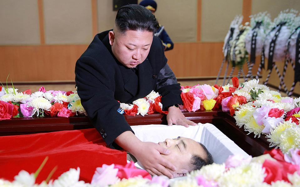 Καμιά φορά τού πεθαίνουν. Συνήθως οι ειδήσεις που αφορούν μέλη του κόμματος στην Βόρεια Κορέα, είναι δυσοίωνες. Η όποια διαφορά, διαφωνία ή υπόνοια αυτής συνήθως καταλήγει με την θεαματική καρατόμηση του «αντιφρονούντα». Οχι όμως αυτή την φορά, όπου ο μεγάλος ηγέτης Kim Jong Un απέτισε φόρο τιμής στον εκλιπόντα Kang Ki Sop, αναπληρωματικό μέλος της Κεντρικής Επιτροπής του Κόμματος, μέλος της Γενικής Επιτροπής του Λαϊκού Κόμματος και γενικός διευθυντής της Γενικής Διοίκησης της Πολιτικής Αεροπορίας. KCNA via REUTERS