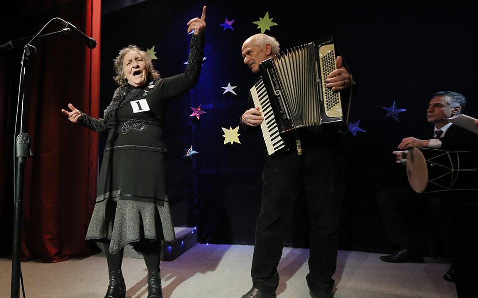 Μεγάλα ταλέντα. Με μπρίο και την απαραίτητη συνοδεία του ακορντεόν, η συνταξιούχος της φωτογραφίας άδει στον διαγωνισμό ταλέντων του οίκου Ευγηρίας «Katharsis» (!) στην Γεωργία. Κάθε χρόνο στην διάρκεια των γιορτών το γηροκομείο πραγματοποιεί τον εν λόγω διαγωνισμό τραγουδιού, χορού και κάθε άλλου ταλέντου, για ηλικιωμένους που εκτός του βραβείου έχουν και μια έξοχη αφορμή για ένα γλέντι μετά μουσικής. EPA/ZURAB KURTSIKIDZE