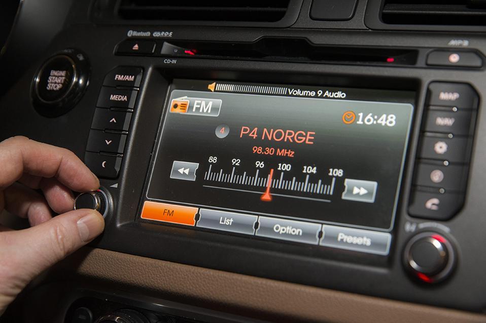 Το τέλος των FM στην Νορβηγία. Περιοχή με περιοχή η χώρα καταργεί τα ραδιοφωνικά FM και επενδύει στην ψηφιακή τεχνολογία. Το Υπουργείο Πολιτισμού  αποφάσισε ότι μέχρι το τέλος του έτους, τόσο για κρατικό το ΝRK όσο και για τους ιδιωτικούς σταθμούς  θα υπάρχει μόνο το Digital Audio Broadcasting (DAB). Ηδη το 46% των ακροατών των ραδιοφώνων της χώρας ακούνε με αυτόν τον τρόπο, μέσω υπολογιστή ή κινητού τηλεφώνου. Σύμφωνα με το Υπουργείο η μετάδοση μέσω των FM είναι οκτώ φορές ακριβότερη από την ψηφιακή, έτσι τα 200 εκατομμύρια νορβηγικές κορώνες που θα εξοικονομηθούν (256.000 δολάρια) θα επενδυθούν και πάλι στο ραδιόφωνο, με σκοπό να γίνει πιο πλουραλιστικό. EPA/BERIT ROALD