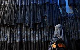 Μπούργκα, τέλος!Απαγορεύεται η παραγωγή, εισαγωγή και πώληση του ολόσωμου καλύμματος των γυναικών στο Μαρόκο με τους  καταστηματάρχες έχουν μόνο 48 ώρες για  να ξεφορτωθούν το όποιο διαθέσιμο εμπόρευμα. Την απόφαση πήρε ο Βασιλιάς της χώρας, ο μοντέρνος και πάμπλουτος Mohammed, που αν και η μπούργκα δεν ήταν ιδιαίτερα διαδεδομένη στην χώρα, έκανε μια κίνηση που θα συζητηθεί διεθνώς.  EPA/SAYED MUSTAFA