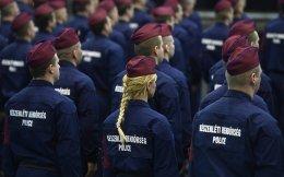 Job opportunities. Η αθρόα διέλευση των προσφύγων στην κεντρική και βόρεια Ευρώπη δεν έχει φέρει μόνο νέους φράχτες στα σύνορα των χωρών αλλά και νέες θέσεις εργασίας. Ετσι στην Βουδαπέστη μόλις ορκιστήκαν οι νέοι «Κυνηγοί των συνόρων».Το νέο σώμα θα εκπαιδευτεί για έξι μήνες και στην συνέχεια θα υποστηρίζει την αστυνομία και τον Ουγγρικό στρατό στην φύλαξη των συνόρων της χώρας. EPA/SZILARD KOSZTICSAK