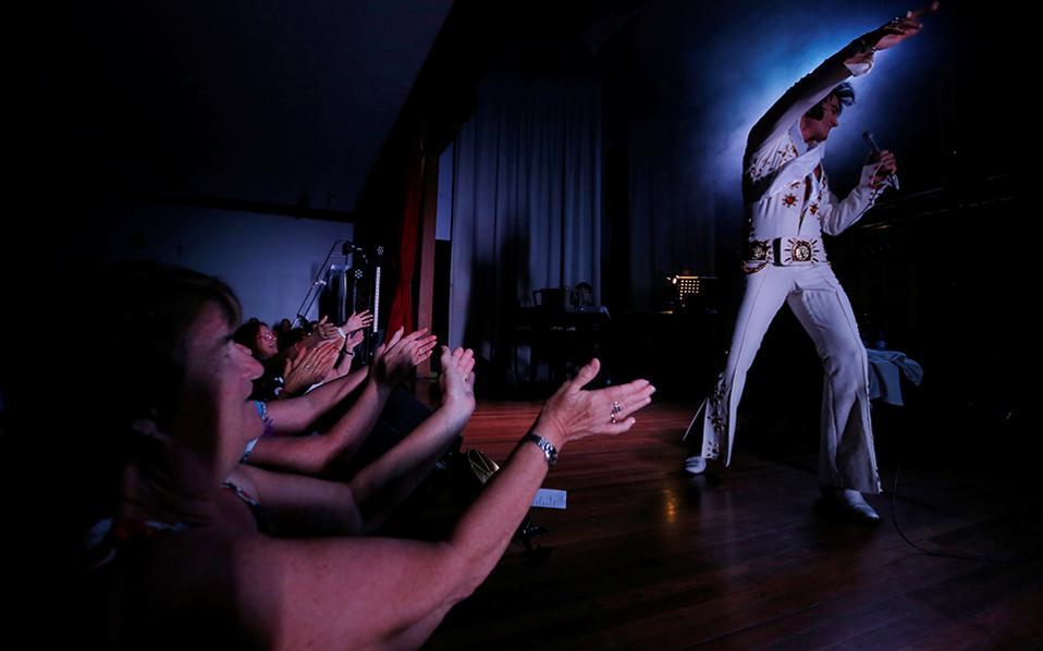 Σάρκα σε ρυθμό ροκ εν ρολ. Για 25η φορά διοργανώθηκε στο Parkes της Αυστραλίας το Εlvis Festival. Στην σκηνή ο νέος, ωραίος και αισθαντικός Pete Storm από το Λονδίνο, μιμείται τον φημισμένο τραγουδιστή και στην πλατεία οι μιας κάποιας ηλικίας κυρίες τον αποθεώνουν. REUTERS/Jason Reed