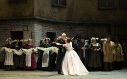 Σκηνή Γάμου. O Πίτερ Oυέντ - Λόενγκριν με την Eλζα - Γιολάνα Φογκάσοβα, σοπράνο από τη Σλοβακία.