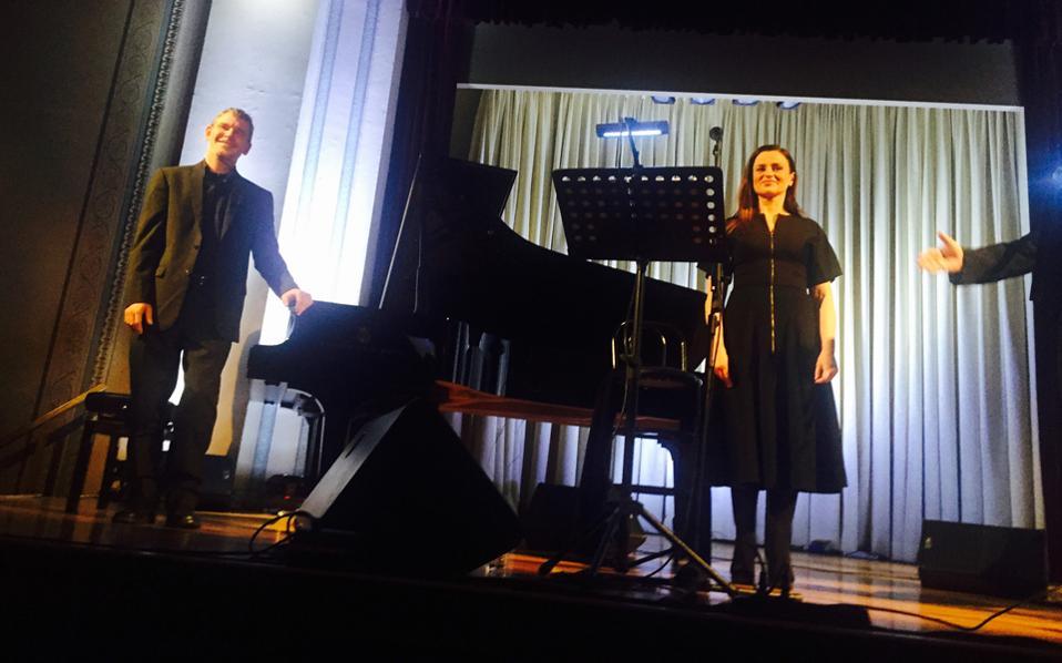 Σεμνή παρουσία και στο τραγούδι της άξιας ηθοποιού Kαρυοφυλλιάς Kαραμπέτη που διάβασε κείμενα λογοτεχνών σε επιμέλεια Aγαθής Δημητρούκα, συνοδεία πιάνου από τον Aχιλλέα Γουάστωρ.