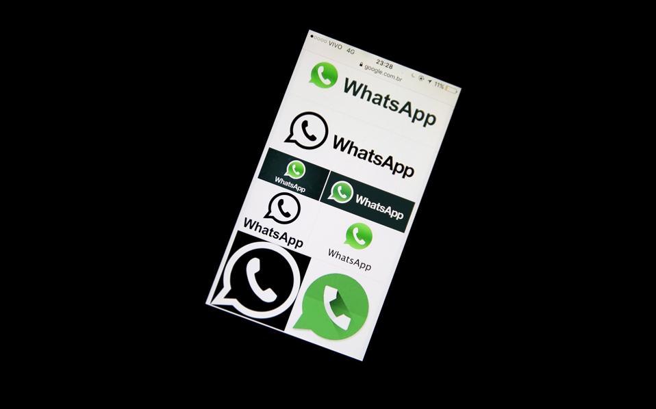 Το λογότυπο της δημοφιλούς εφαρμογής ανταλλαγής μηνυμάτων WhatsApp, στην οθόνη κινητού.