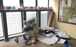 Ο πρώτος όροφος της Νομικής Σχολής Αθηνών, που έχει να καθαριστεί από τις αρχές Δεκεμβρίου. Ανάλογες εικόνες είναι συνηθισμένες τα τελευταία χρόνια στο Πανεπιστήμιο Αθηνών και στα υπόλοιπα ΑΕΙ της χώρας, όπου δεν υπάρχουν υπηρεσίες καθαρισμού και οι διαγωνισμοί ανάθεσης «κολλούν» στις αντιδικίες μεταξύ των εταιρειών που διεκδικούν τη σύμβαση. Σήμερα, φοιτητές προτίθενται να προχωρήσουν σε γενικό συμμάζεμα. Ομως, τέτοιες κινήσεις δεν αποτελούν λύση.