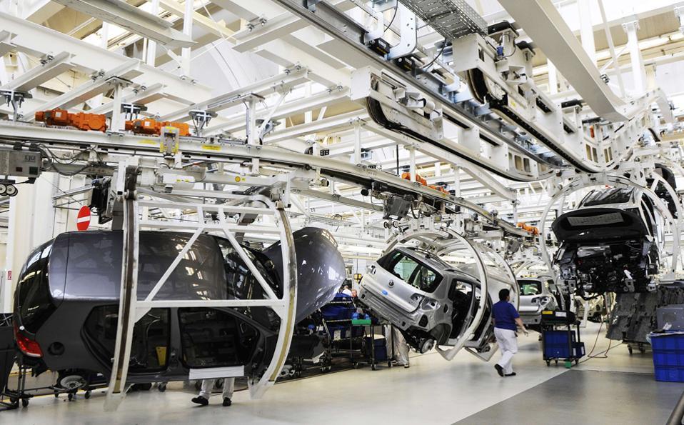 Ο κ. Τραμπ απείλησε με δασμούς τις γερμανικές αυτοκινητοβιομηχανίες για τα αυτοκίνητα που εισάγουν στην αμερικανική αγορά, εάν προτιμήσουν να κατασκευάσουν εργοστάσια εκτός ΗΠΑ.