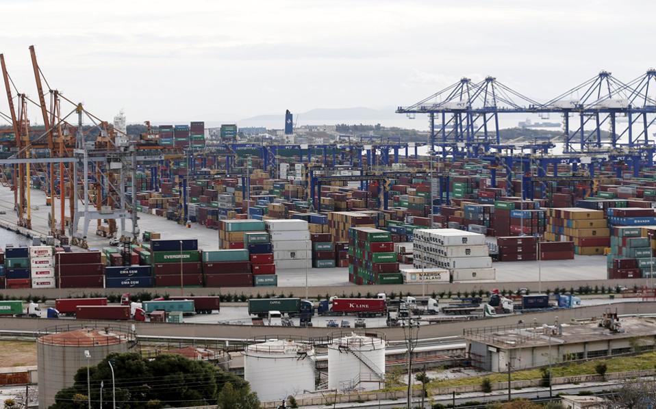 Το λιμάνι του Πειραιά αναδεικνύεται πλέον στο μεγαλύτερο διεθνές λιμάνι για τον κινεζικό όμιλο, καθώς αποτελεί τον σημαντικότερο κόμβο διακίνησης εμπορευματοκιβωτίων εκτός Κίνας και μάλιστα με μεγάλη διαφορά από το επόμενο λιμάνι.