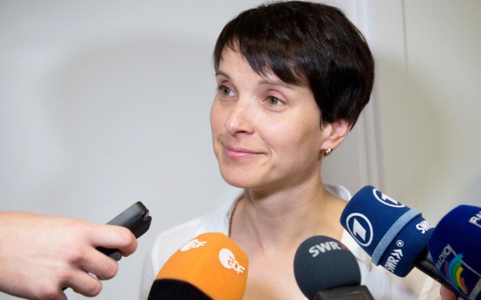 Σύγκρουση με τον Τύπο επιλέγει η επικεφαλής της Εναλλακτικής για τη Γερμανία, Φράουκε Πέτρι.