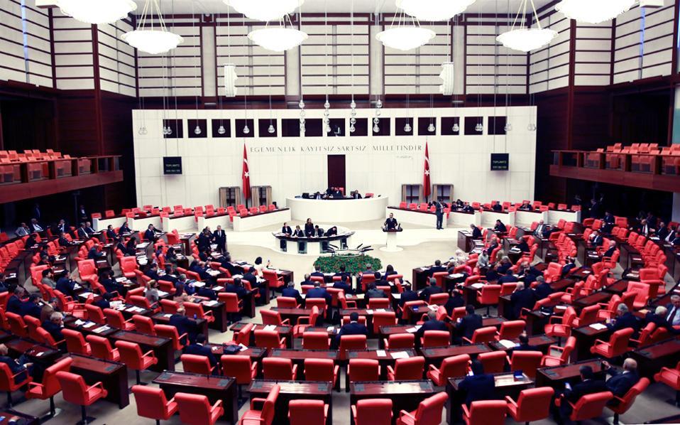 Συνεχίζονται οι συζητήσεις στο τουρκικό Κοινοβούλιο για το νέο Σύνταγμα που δίνει υπερεξουσίες στον Τούρκο πρόεδρο και αναμένεται να τεθεί προς κρίση, κατά πάσα πιθανότητα με δημοψήφισμα, τον ερχόμενο Απρίλιο.