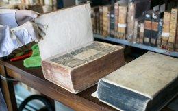 Ολοκληρώθηκε το μεγάλο έργο του καθαρισμού των βιβλίων της Εθνικής Βιβλιοθήκης της Ελλάδος και έτσι έγινε το πρώτο βήμα που τη φέρνει πιο κοντά στη νέα εποχή της. Το έργο ανέλαβε εξειδικευμένη εταιρεία συντηρητών υπό την επίβλεψη της Εθνικής Βιβλιοθήκης και χρηματοδοτήθηκε από δωρεά του Ιδρύματος Σταύρος Νιάρχος. Σελ. 16
