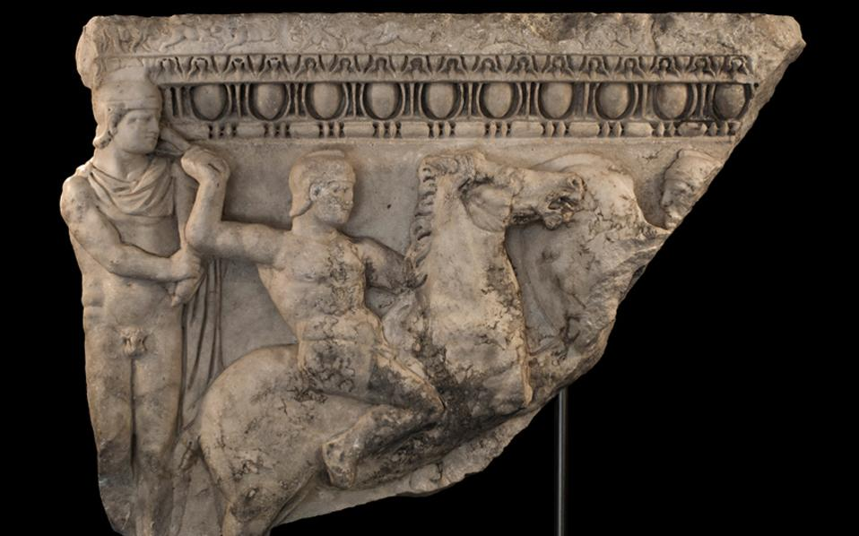 Τμήμα μαρμάρινης ρωμαϊκής σαρκοφάγου που εντόπισε ο δρ Χρήστος Τσιρογιάννης.