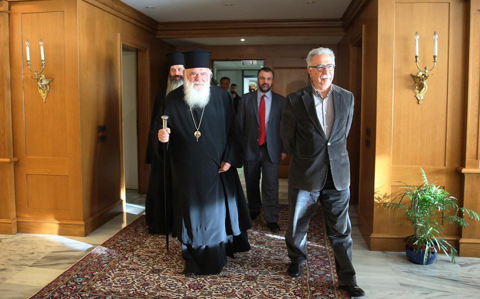 Μετά το κλίμα συναίνεσης που επικράτησε κατά την τελευταία συνάντηση των κ. Ιερώνυμου και Γαβρόγλου, η Εκκλησία της Ελλάδος έριξε χθες μια πρώτη προειδοποιητική «βολή» κατά του υπουργείου με αφορμή τις εισηγήσεις για το μάθημα των Θρησκευτικών στο Λύκειο.