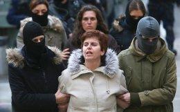 Η 48χρονη σύντροφος του Νίκου Μαζιώτη επιτέθηκε στους αστυνομικούς της Αντιτρομοκρατικής, κατηγορώντας τους ότι της πήραν παράνομα το 6χρονο παιδί της και το έκλεισαν στο ψυχιατρείο.