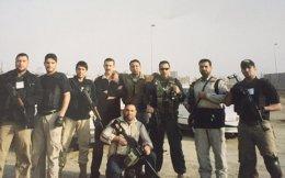 Ο Αlbert Kayal (με τα γυαλιά) και η μισθοφορική ομάδα του, κατά τα χρόνια της δράσης τους στον Ιράκ.