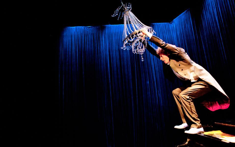 Μια άλλη σχέση με το πιάνο παρουσιάζει ο Τόμας Μόνκτον του Circo Aereo.
