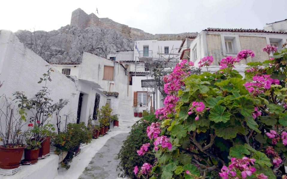 Τα Αναφιώτικα στην Πλάκα είναι ο πρώτος οικισμός αυθαιρέτων που νομιμοποιήθηκε στην Ελλάδα εν έτει 1855. Μαζί με αυτά νομιμοποιήθηκαν και αυθαίρετα κτίσματα στις οδούς Σόλωνος και Σουλίου. Και καθώς η οικιστική παράδοση καταστρατήγησης της πολεοδομικής νομοθεσίας δεν άλλαξε, ακολούθησαν έως τις μέρες μας περισσότερα από 150 νομοθετήματα περί νομιμοποίησης αυθαιρέτων και αναρίθμητες ιστορίες παραλόγου. Οπως του δικαστή που αναζητούσε να αγοράσει και δεν έβρισκε σπίτι χωρίς αυθαιρεσία... Η πολιτεία θεσπίζει κατ' επίφαση δρακόντειες ρυθμίσεις και κατόπιν «κλείνει το μάτι» στον πολίτη με εξαιρέσεις.