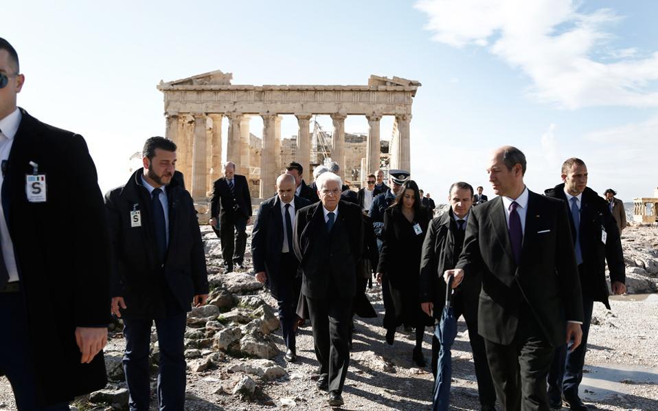 Το προσκύνημα στην Ακρόπολη και η ξενάγηση στον Παρθενώνα, στο Ερέχθειο, η θέα της Αθήνας στα πόδια του Βράχου όπου φθάνει το μάτι, ήταν η κορύφωση του πολιτιστικού προγράμματος, χθες, του Ιταλού προέδρου Δημοκρατίας κ. Σέρτζιο Ματαρέλα και της επίσημης συνοδείας του που δήλωσαν –και φαίνονται– γοητευμένοι. Ως και ο αττικός ουρανός τούς υποδέχθηκε με λίγα σύννεφα, χωρίς βροχή.