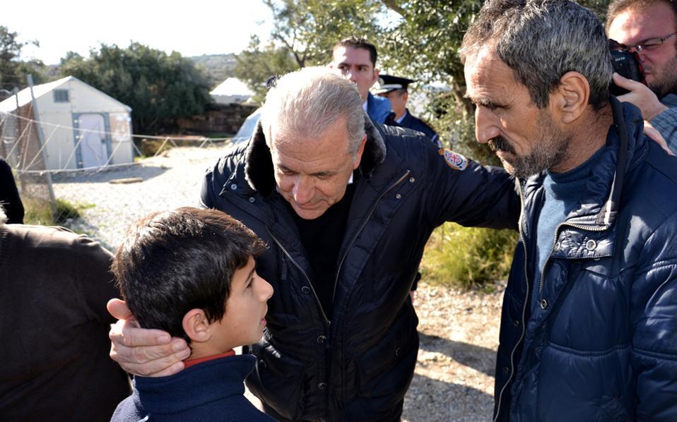 Ο επίτροπος Μετανάστευσης της Ευρωπαϊκής Ενωσης, Δημήτρης Αβραμόπουλος, κατά την επίσκεψή του στον καταυλισμό Καρά Τεπέ, χθες, στη Λέσβο.